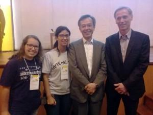 Alunas com o ganhador da Medalha Fields (1990) Shigefume Mori e Secretário da União Internacional da Matemática, Helge Holden.